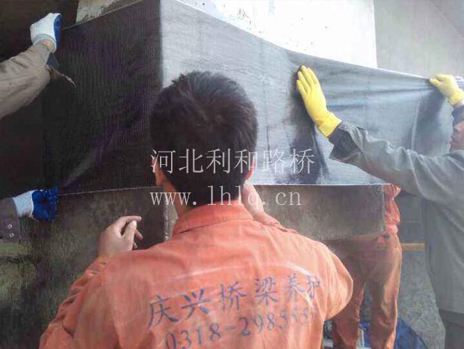 广贺高速修补脱落商砼,粘接碳纤维布