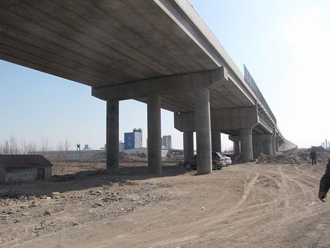 桥梁上部结构加固有常用方法有:加大截面法,粘贴加固法,体外预应力